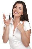 Νέα όμορφη γυναίκα που πίνει ένα ποτήρι του νερού στοκ εικόνες με δικαίωμα ελεύθερης χρήσης