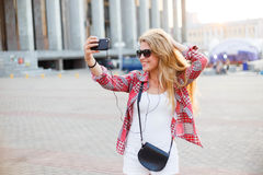 Νέα όμορφη γυναίκα που παίρνει ένα selfie στο τετράγωνο στην πόλη Στοκ Εικόνες