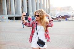 Νέα όμορφη γυναίκα που παίρνει ένα selfie στο τετράγωνο στην πόλη Στοκ φωτογραφίες με δικαίωμα ελεύθερης χρήσης