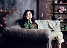 Νέα όμορφη γυναίκα που περιμένει μόνο στο σύγχρονο στούντιο σοφιτών, έννοια μουσικών μόδας, άνθρωποι τρόπου ζωής Στοκ φωτογραφία με δικαίωμα ελεύθερης χρήσης