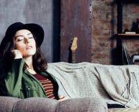 Νέα όμορφη γυναίκα που περιμένει μόνο στο σύγχρονο στούντιο σοφιτών, hipster στο καπέλο, έννοια μουσικών μόδας, άνθρωποι τρόπου ζ Στοκ Φωτογραφία