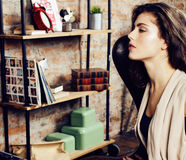 Νέα όμορφη γυναίκα που περιμένει μόνο στο σύγχρονο στούντιο σοφιτών, hipster σύγχρονο κορίτσι, έννοια μουσικών μόδας, άνθρωποι τρ Στοκ Εικόνες