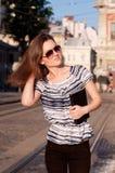 Νέα όμορφη γυναίκα που περπατά στην πόλη πρωινού με ένα βιβλίο Στοκ φωτογραφία με δικαίωμα ελεύθερης χρήσης