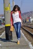 Νέα όμορφη γυναίκα που περπατά στο trainstation Στοκ Εικόνα