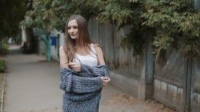 Νέα όμορφη γυναίκα που περπατά την οδό απόθεμα βίντεο