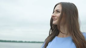 Νέα όμορφη γυναίκα που περπατά το ανάχωμα ποταμών απόθεμα βίντεο