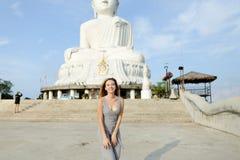 Νέα όμορφη γυναίκα που στέκεται κοντά στο συγκεκριμένο άγαλμα του Βούδα σε Phuket Στοκ φωτογραφία με δικαίωμα ελεύθερης χρήσης