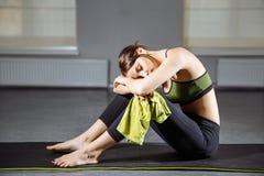 Νέα όμορφη γυναίκα που στηρίζεται μετά από ένα workout Στοκ φωτογραφία με δικαίωμα ελεύθερης χρήσης
