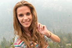 Νέα όμορφη γυναίκα που ταξιδεύει, μεγάλο φαράγγι, ΗΠΑ Στοκ Εικόνες