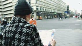 Νέα όμορφη γυναίκα που ταξιδεύει με έναν χάρτη στην πόλη απόθεμα βίντεο