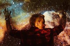Νέα όμορφη γυναίκα που χάνεται στο διάστημα γύρω από τα αστέρια Στοκ φωτογραφίες με δικαίωμα ελεύθερης χρήσης