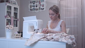 Νέα όμορφη γυναίκα που χρησιμοποιεί την ηλεκτρική ράβοντας μηχανή απόθεμα βίντεο