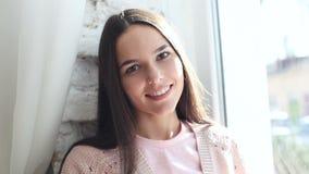 Νέα όμορφη γυναίκα, πρόσωπο, πορτρέτο στο γκρίζο υπόβαθρο φιλμ μικρού μήκους