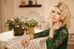 Νέα όμορφη γυναίκα σε έναν καφέ Σύγχρονο καθιερώνον τη μόδα blondy κορίτσι στο θόριο Στοκ Φωτογραφία