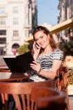 Νέα όμορφη γυναίκα σε έναν υπαίθριο καφέ Στοκ φωτογραφία με δικαίωμα ελεύθερης χρήσης