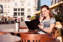Νέα όμορφη γυναίκα σε έναν υπαίθριο καφέ Στοκ Εικόνες