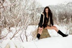 Νέα όμορφη γυναίκα σε ένα κοστούμι λουσίματος και έναν γρύλο Στοκ φωτογραφία με δικαίωμα ελεύθερης χρήσης