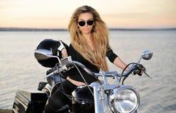 Νέα όμορφη γυναίκα σε ένα ποδήλατο Στοκ Φωτογραφία