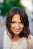 Νέα όμορφη γυναίκα, σκοτεινός-μαλλιαρός, χαμογελώντας, κοιτάζοντας αδιάκριτα στο πλαίσιο, που επισκέπτεται το κέντρο πόλεων μια η Στοκ φωτογραφίες με δικαίωμα ελεύθερης χρήσης