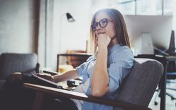 Νέα όμορφη γυναίκα σπουδαστής που χρησιμοποιεί το μαξιλάρι αφής στη σύγχρονη coworking θέση Κορίτσι Freelancer που εργάζεται στην Στοκ εικόνα με δικαίωμα ελεύθερης χρήσης