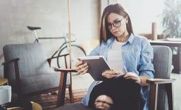 Νέα όμορφη γυναίκα σπουδαστής που χρησιμοποιεί το μαξιλάρι αφής στη σύγχρονη coworking θέση Κορίτσι Freelancer που εργάζεται στην Στοκ Εικόνα