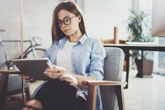 Νέα όμορφη γυναίκα σπουδαστής που χρησιμοποιεί το μαξιλάρι αφής στη σύγχρονη coworking θέση Κορίτσι Freelancer που εργάζεται στην Στοκ φωτογραφίες με δικαίωμα ελεύθερης χρήσης