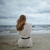 Νέα όμορφη γυναίκα στην κρύα θυελλώδη παραλία Στοκ φωτογραφίες με δικαίωμα ελεύθερης χρήσης