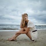Νέα όμορφη γυναίκα στην κρύα θυελλώδη παραλία Στοκ εικόνες με δικαίωμα ελεύθερης χρήσης