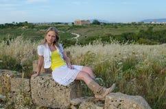 Νέα όμορφη γυναίκα στην παλαιά πόλη Στοκ φωτογραφίες με δικαίωμα ελεύθερης χρήσης