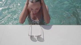 Νέα όμορφη γυναίκα στην υπαίθρια λίμνη απόθεμα βίντεο