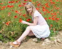 Νέα όμορφη γυναίκα στον τομέα παπαρουνών Στοκ εικόνα με δικαίωμα ελεύθερης χρήσης
