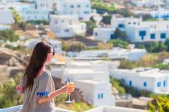 Νέα όμορφη γυναίκα στον υπαίθριο καφέ με το νόστιμο κοκτέιλ Ο ευτυχής τουρίστας απολαμβάνει τις ευρωπαϊκές διακοπές με την καταπλ Στοκ φωτογραφίες με δικαίωμα ελεύθερης χρήσης