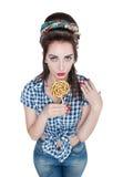 Νέα όμορφη γυναίκα στο αναδρομικό καρφίτσα-επάνω ύφος με το lollipop Στοκ Φωτογραφία