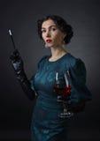 Νέα όμορφη γυναίκα στο αναδρομικό ύφος Στοκ Εικόνες