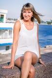 Νέα όμορφη γυναίκα στο λιμένα Στοκ Φωτογραφία
