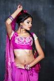 Νέα όμορφη γυναίκα στο ινδικό κόκκινο φόρεμα Στοκ εικόνα με δικαίωμα ελεύθερης χρήσης