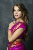 Νέα όμορφη γυναίκα στο ινδικό κόκκινο φόρεμα Στοκ Φωτογραφίες