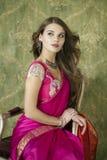 Νέα όμορφη γυναίκα στο ινδικό κόκκινο φόρεμα Στοκ φωτογραφίες με δικαίωμα ελεύθερης χρήσης
