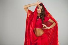 Νέα όμορφη γυναίκα στο ινδικό κόκκινο φόρεμα Στοκ Εικόνες