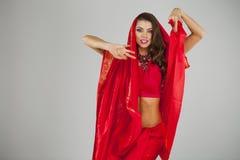 Νέα όμορφη γυναίκα στο ινδικό κόκκινο φόρεμα Στοκ Εικόνα