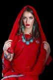 Νέα όμορφη γυναίκα στο ινδικό κόκκινο φόρεμα Στοκ Φωτογραφία