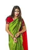 Νέα όμορφη γυναίκα στο ινδικό πράσινο φόρεμα Στοκ Εικόνα