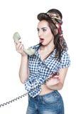 Νέα όμορφη γυναίκα στο καρφίτσα-επάνω ύφος με το αναδρομικό τηλεφωνικό isola στοκ εικόνα με δικαίωμα ελεύθερης χρήσης
