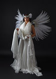 Νέα όμορφη γυναίκα στο κοστούμι αγγέλου με τα φτερά, φυσικό feath Στοκ Φωτογραφίες