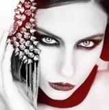 Νέα όμορφη γυναίκα στο Μαύρο με τη γοτθική μόδα makeup, posi Στοκ Εικόνες