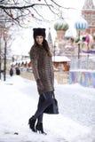 Νέα όμορφη γυναίκα στο μοντέρνο παλτό βιζόν Στοκ Φωτογραφίες