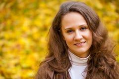 Νέα όμορφη γυναίκα στο πάρκο φθινοπώρου Στοκ εικόνα με δικαίωμα ελεύθερης χρήσης