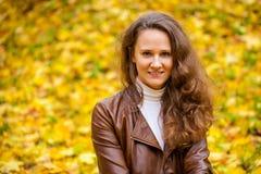 Νέα όμορφη γυναίκα στο πάρκο φθινοπώρου Στοκ φωτογραφίες με δικαίωμα ελεύθερης χρήσης