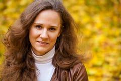 Νέα όμορφη γυναίκα στο πάρκο φθινοπώρου Στοκ Φωτογραφίες