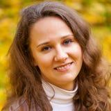 Νέα όμορφη γυναίκα στο πάρκο φθινοπώρου Στοκ φωτογραφία με δικαίωμα ελεύθερης χρήσης